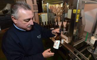 "La primera botella etiquetada bajo el sello de la IXP ""Ribeiras do Morrazo"" ve la luz en Vilaboa"